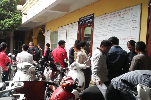 Cửa phòng tiếp nhận hồ sơ tại điểm cấp đổi  giấy phép lái xe ở số 16 Cao Bá Quát luôn ken kín xe máy và người dân chờ đợi (ảnh chụp sáng 11/11). Ảnh:C.T