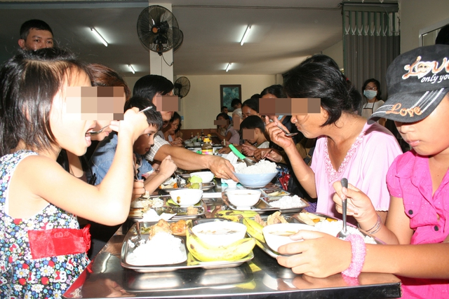 Người ăn xin, người lang thang cơ nhỡ tìm đến quán cơm xã hội 2.000đ/phần không hề ít.