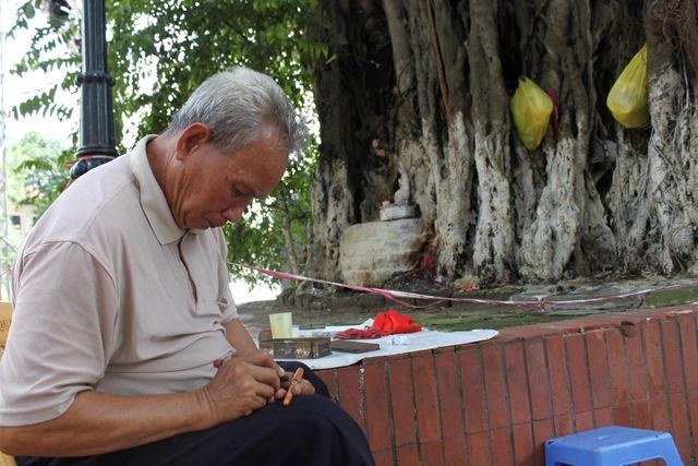 Ông Quý, người khắc bút hiếm hoi ở Hà Thành.
