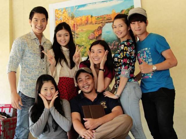 Đạo diễn Huỳnh Phú cùng dàn diễn viên lớp trẻ thủ các vai chính trong phim.