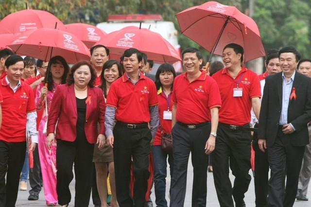 Lãnh đạo Bộ Y tế  và đại diện các ban, ngành, đoàn thể  diễu hành hưởng ứng Tháng hành động quốc gia phòng, chống HIV/AIDS. Ảnh:H.A