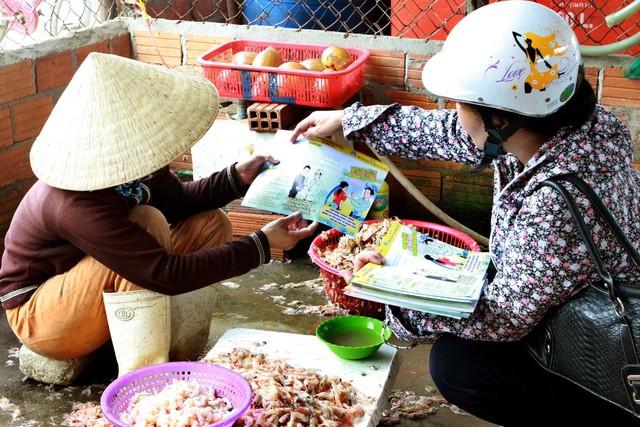 Cán bộ dân số tỉnh Bình Định tư vấn cho ngư dân các biện pháp KHHGĐ.  ẢNH: DƯƠNG NGỌC