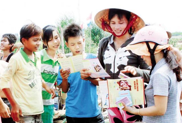 Cán bộ dân số cơ sở truyền thông kiến thức chăm sóc SKSS cho người dân tại Bến Tre. Ảnh: Dương Ngọc