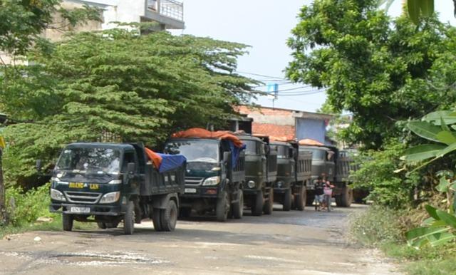 Người dân cho rằng rất nhiều xe tải chạy phá nát đường, gây bụi bẩn, ô nhiễm...nên họ chặn, không cho lưu thông. Ảnh Đ.H