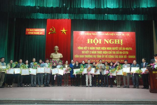 Các đồng chí Lê Cảnh Nhạc và Đinh Thị Lệ Thanh tặng bằng khen cho các tập thể và cá nhân xuất sắc trong công tác DS/KHHGĐ