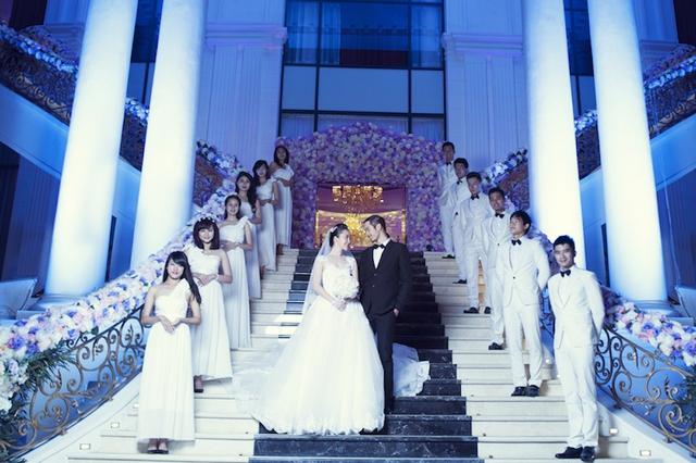 Cặp đôi không mất quá nhiều thời gian để có những shoot hình tình cảm trong không gian sang trọng của lễ đường cưới sang trọng.