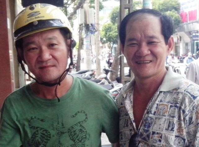 Một đôi song sinh gốc gác Cà Mau, người anh (phải) hiện sống tại TP.HCM, người em hiện sống tại Canada. Thật khó lòng phân biệt bởi đôi song sinh này giống nhau đến từng chi tiết.