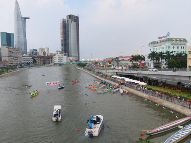 Đua thuyền mừng Xuân trên kênh Tàu Hũ, thu hút rất nhiều người dân thưởng ngoạn