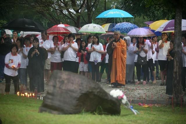 Những người theo đạo Phật ở Indonesia cầu nguyện cho các nạn nhân của thảm họa sóng thần Ấn Độ Dương tại một ngôi mộ tập thể ở Banda Aceh, tỉnh Aceh, Indonesia, ngày 25/12/2014 - một ngày trước lễ kỷ niệm lần thứ 10 của thảm họa.