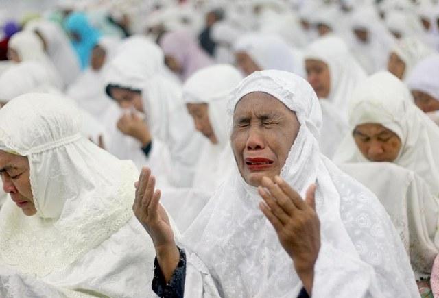 Một người phụ nữ Aceh đã khóc trong buổi cầu nguyện cho các nạn nhân sóng thần.