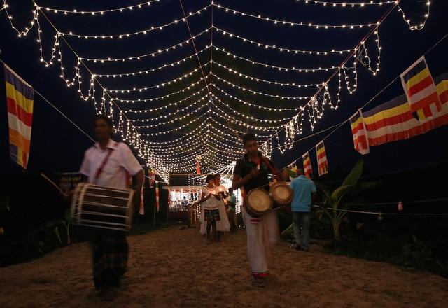 Tại Sri Lanka, các nghi lễ tôn giáo được tổ chức để tưởng nhớ 35.000 người đã mất trong thảm họa tại quốc gia này.