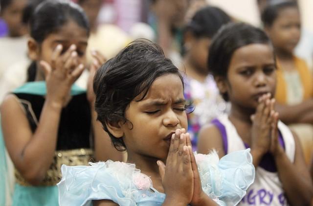 Ở Ấn Độ, trẻ em cầu nguyện tại một trại trẻ mồ côi ở Nagapattinam, nơi có hơn 6.000 người thiệt mạng.