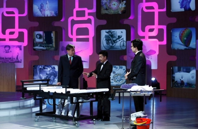 Anh Nguyễn Long Uy Bảo đang thuyết minh về sáng chế của mình với BGK