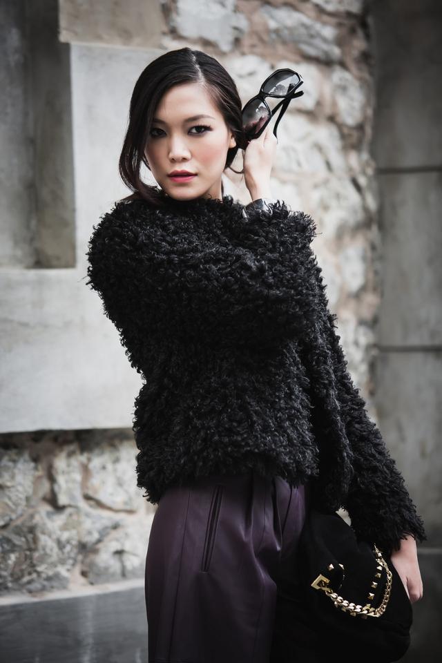 Trong bộ ảnh mới được thực hiện tại Hà Nội vào một ngày mùa đông, Hoa hậu Việt Nam 2008 chứng tỏ sự sành điệu bằng cách diện cả cây da cá tính: áo da, quần ống rộng.