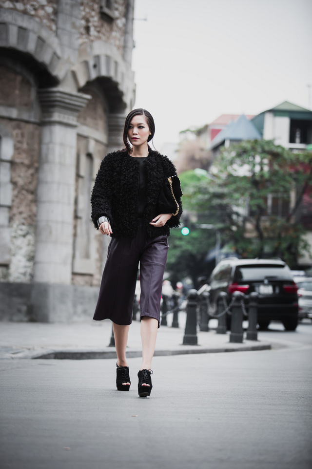 Cô còn khoác ngoài áo lông ấm áp để giữ ấm cơ thể. Các phụ kiện Thùy Dung sử dụng gồm giày đế thô, túi xách da lộn, kính mắt hàng hiệu đã bổ sung hoàn thiện cho set đồ của người đẹp.
