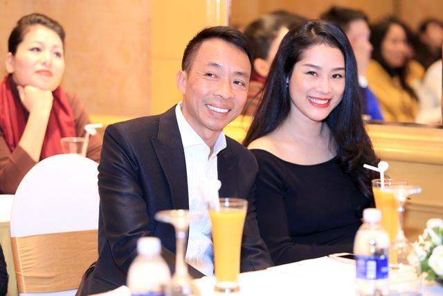 Việt Hoàn đi cùng bà xã xinh đẹp như hotgirl