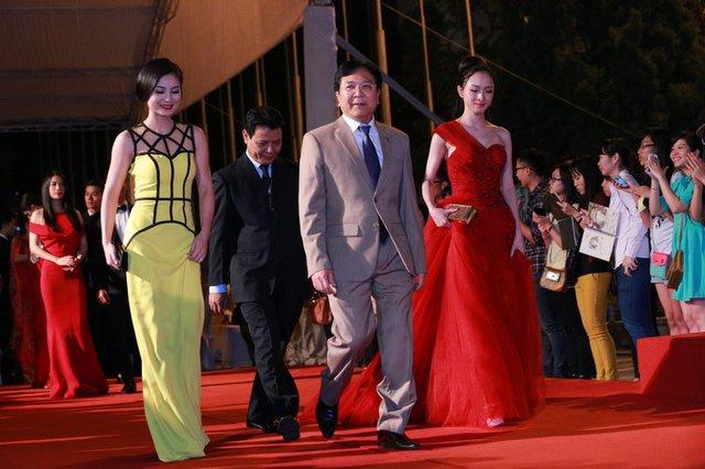Thứ trưởng Bộ VHTT&DL Vương Duy Biên (thứ 2 bên phải) cùng đoàn nghệ sĩ