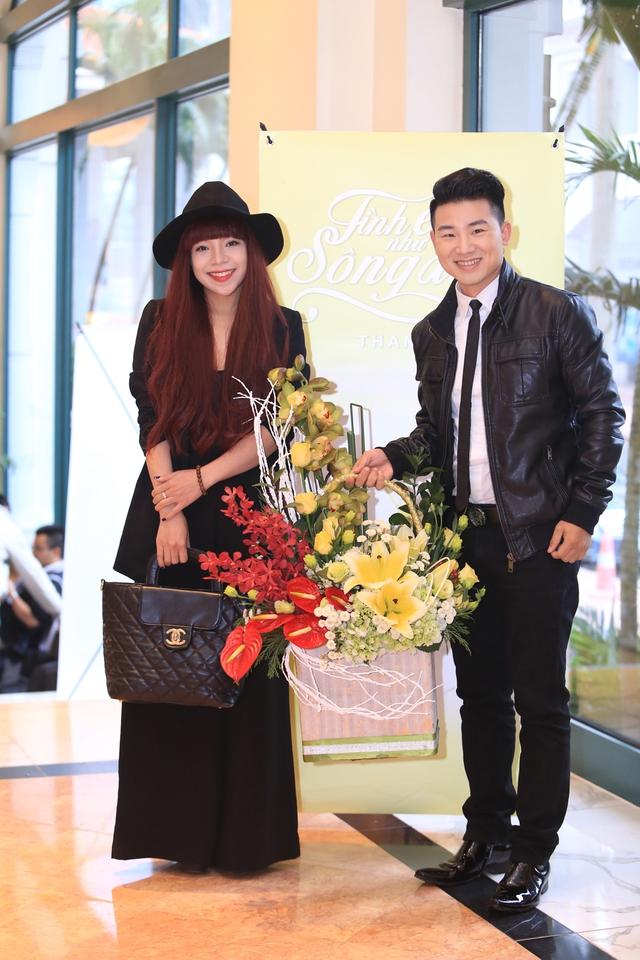 Ca sĩ Minh Chuyên (trái)