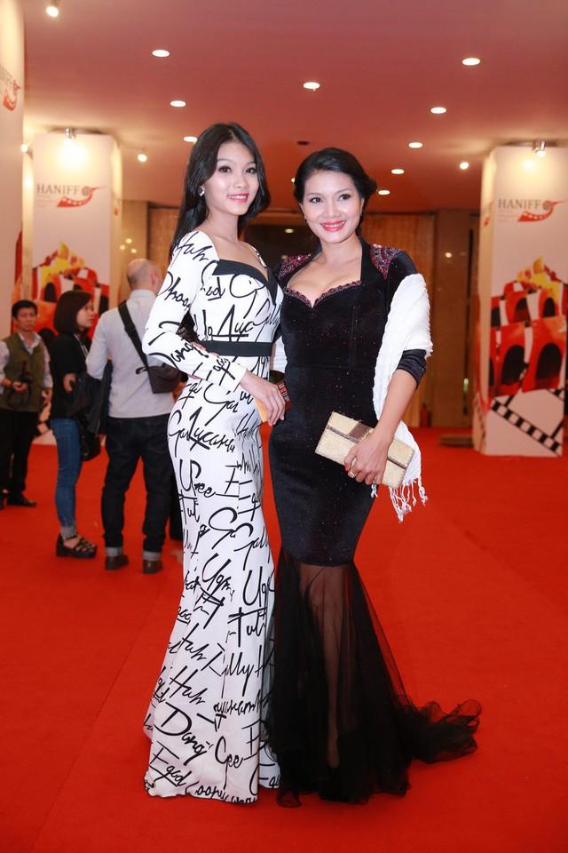 Diễn viên Kiều Trinh (phải)