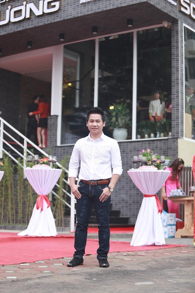 Trọng Tấn cho biết, để chuẩn bị cho việc mở nhà hàng, anh đã đầu tư một trang trại rộng 100 ha ở Hòa Bình để nuôi dê, tự cung cấp nguồn nguyên liệu sạch cho nhà hàng đặc sản dê ré