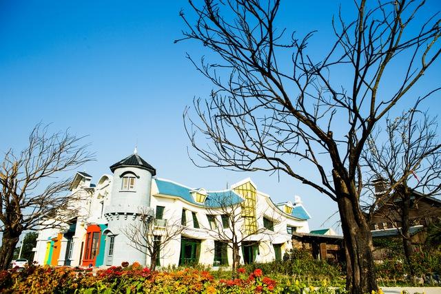 Những khu nhà màu trắng mang phong cách Châu Âu hết sức quý phái giữa lòng Hà Nội.