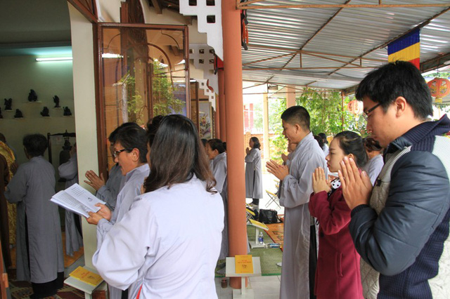 Nhiều tăng ni, phật tử, người dân cầu mong ông Nguyễn Bá Thanh sớm lành bệnh, trở về quê hương. Ảnh Đức Hoàng