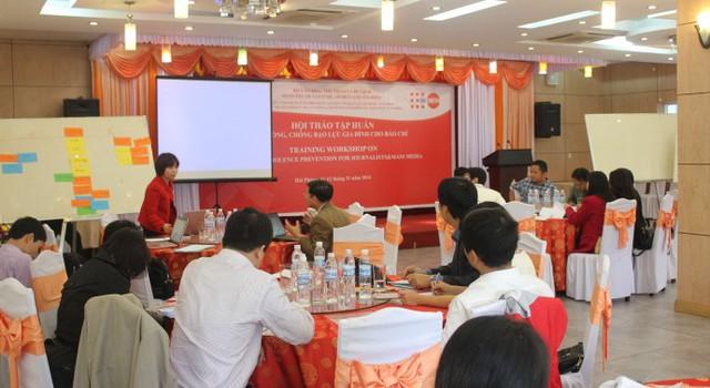 Hội thảo chia sẻ, cung cấp cho các phóng viên báo chí, cán bộ truyền thông những nội dung cơ bản về công tác phòng, chống bạo lực gia đình