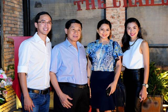 Chồng và bố mẹ chồng dự khai trương nhà hàng của Hà Tăng