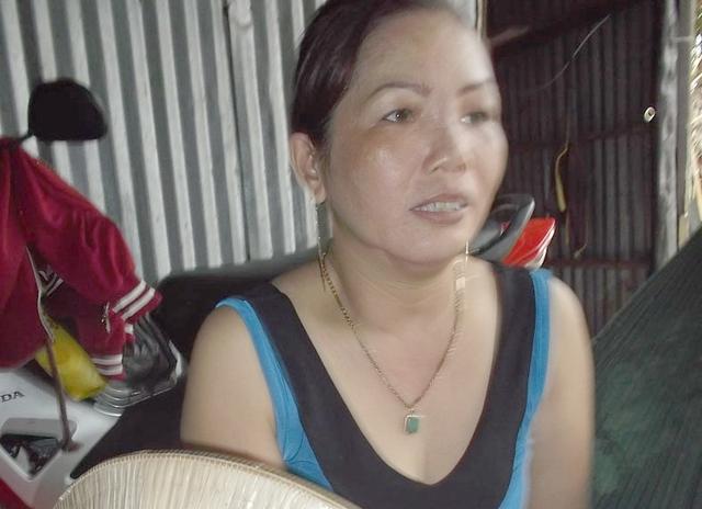 Chị Lâm Thị Ngọc Nhỏ đang kể lại vụ việc.