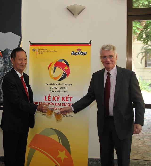 Phó Đại sứ Đức Hans-Joerg Brunner và ông Trần Văn Sen, chủ tịch tập đoàn Hương Sen, Tổng giám đốc nhà máy bia Đại Việt tại buổi ký kết.