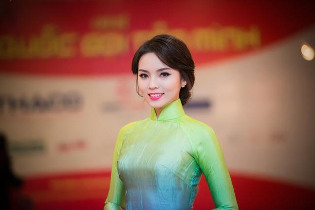 Hoa hậu Kỳ Duyên dịu dàng và trẻ trung với áo dài