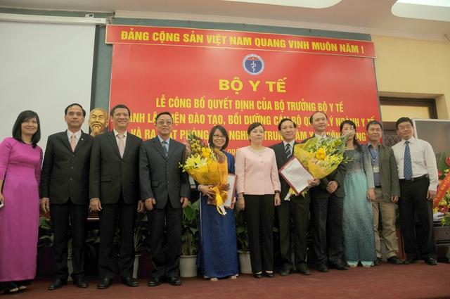 Lãnh đạo, nguyên lãnh đạo Bộ Ytế chụp ảnh cùng Ban Giám hiệu và cán bộ chủ chốt của Trường ĐHYTCC.