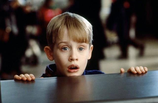 """Macaulay Culkin trong một cảnh phim Ở nhà một mình.Macaulay Culkin sinh ngày 26/08/1980, bắt đầu diễn xuất và nổi tiếng từ năm 4 tuổi. Anh được xếp thứ 2, chỉ sau nữ diễn viên nhí Shirley Temple trong Top """"100 ngôi sao nhí vĩ đại nhất"""". Hiện cựu diễn viên này là thành viên nhóm nhạc 5 người tên làPizza Underground và đang lưu diễn ở Anh,Mỹ."""