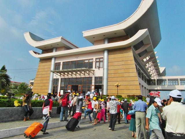 Khách du lịch nhập cảnh qua cửa khẩu quốc tế Mộc Bài