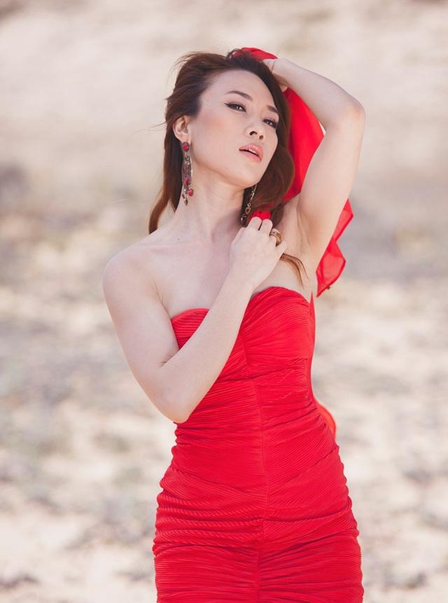 Hình ảnh Mỹ Tâm diện bộ váy đỏ và cầm chiếc khăn voan mỏng uốn éo trong Mv được lặp đi lặp lại rất nhiều.