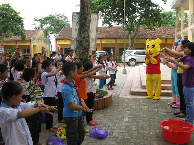 Các học sinh huyện Tam Nông rất hào hứng trong buổi thực hành chăm sóc sức khỏe