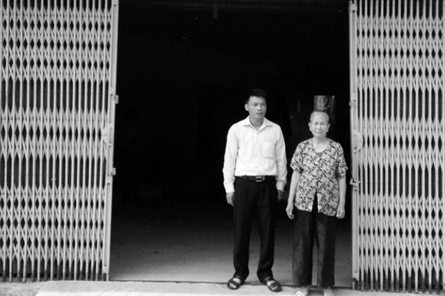Bà Kiến và con trai gần 20 năm qua luôn gửi đơn khiếu nại đến các cơ quan chức năng để đòi quyền lợi của mình. Ảnh: TG