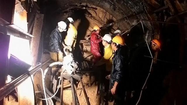 Sau nỗ lực của lực lượng cứu hộ, 11 công nhân mắc kẹt trong hầm thủy điện đã được tiếp ứng dưỡng khí và dưỡng chất.