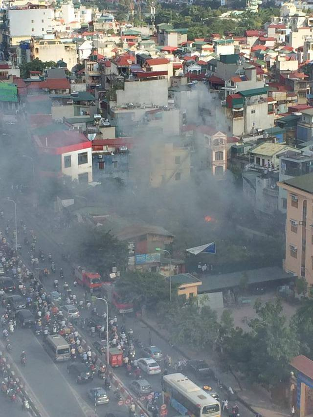 Vụ cháy gây hoảng loạn khu dân cư thuộc phường Cầu Dền. Ảnh: CTV