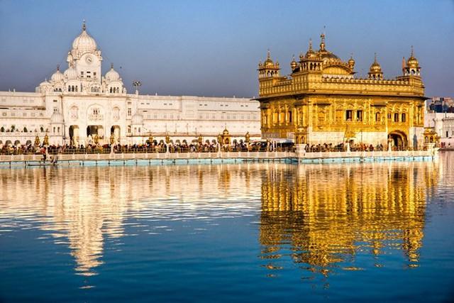 Đền Harmandir Sahib, Punjab, Ấn Độ: Ngôi đền linh thiêng của đạo Sikh nằm trên một hòn đảo nhân tạo ở Punjab, Ấn Độ.
