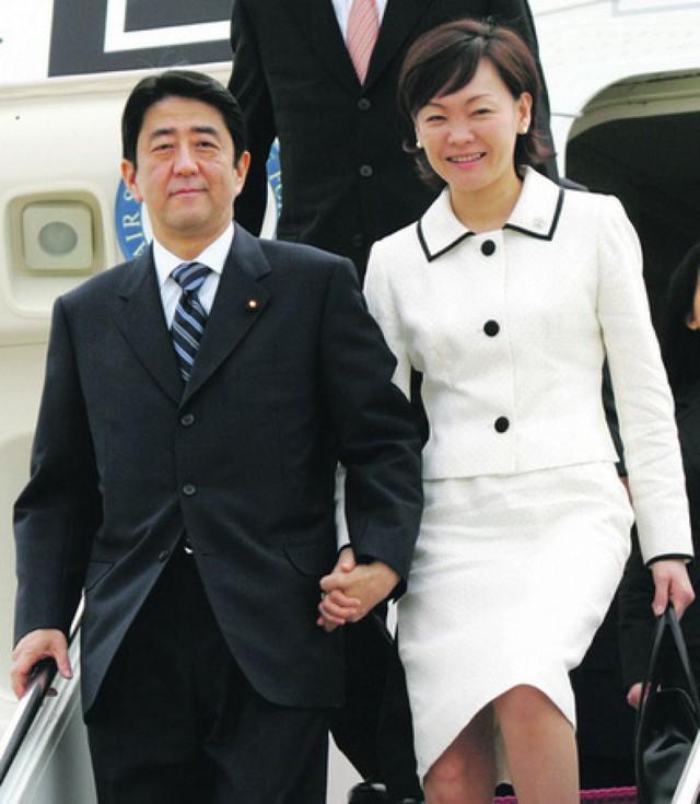 Là đương kim Thủ tướng Nhật Bản với những lịch trình bận rộn, nhưng ông Shinzo Abe vẫn dành thời gian giúp vợ làm việc nhà như vào bếp nấu ăn hoặc đi đổ rác.