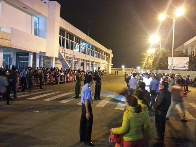 Do lượng người đổ về sân bay ngày càng đông nên lực lượng bảo vệ, an ninh đã lập hàng rào hai bên trước cổng số 2.