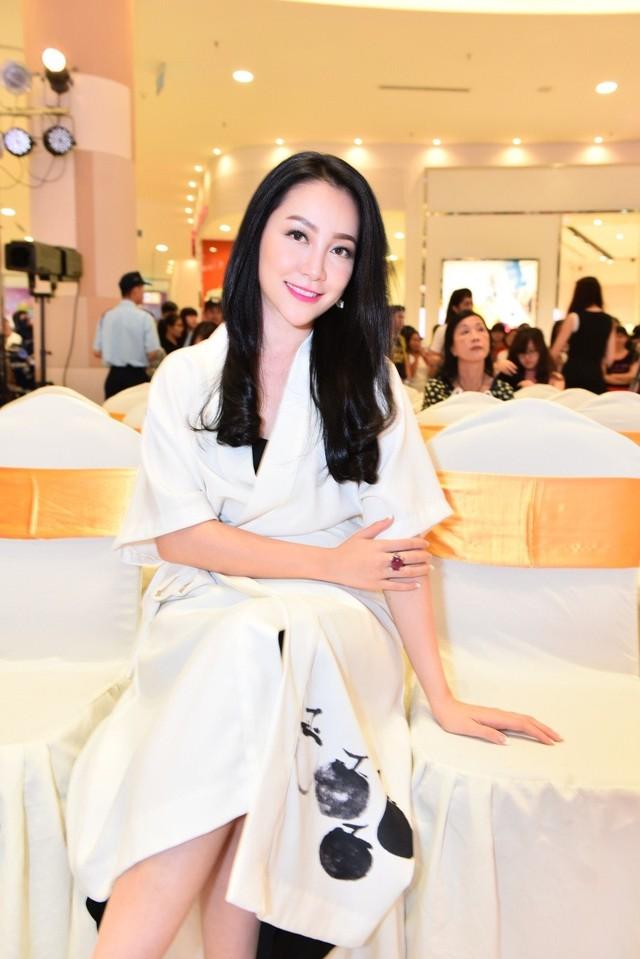 Linh Nga đến tham dự một sự kiện với mái tóc xõa dài truyền thống phù hợp với chiếc váy trắng họa tiết tối giản nhưng tinh tế