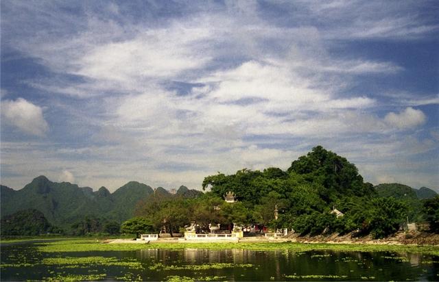 Đền Trình - điểm đến đầu tiên của du khách khi tới chùa Hương.