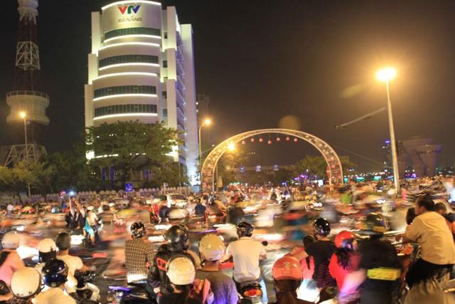 Hàng ngàn người đổ về hai bên sông Hàn, các cầu: cầu Rồng, cầu Sông Hàn, cầu Trần Thị Lý...để xem bắn pháo hoa mừng 40 năm Ngày giải phóng thành phố Đà Nẵng từ lúc 19h...