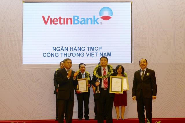 Đại diện VietinBank, Phó Tổng Giám đốc Nguyễn Văn Du nhận Chứng nhận Top 50 DN tăng trưởng xuất sắc nhất.