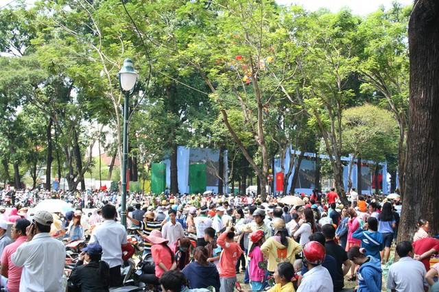 Cư dân Sài Gòn và nhiều địa phương tập trung trước Hội trường Thống Nhất vừa vui lễ vừa chờ đoàn đua xe đạp.
