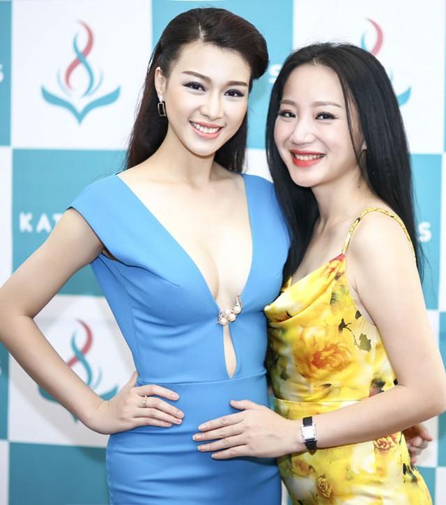 Người mẫu Trương Tùng Lan (trái) đến chúc mừng cho thành công mới của ca sĩ Kỳ Anh Trang