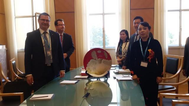Đoàn đại biểu Việt Nam làm việc với đại biểu các nước tham dự hội nghị