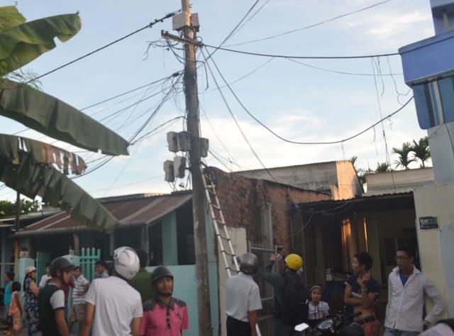 Cột điện nơi xảy ra chập điện khiến hệ thống điện của nhiều gia đình bị chập và cháy theo. Ảnh Đ.H